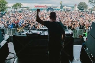 un dj sur la scène d'un festival