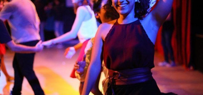 Une femme qui danse avec des amis