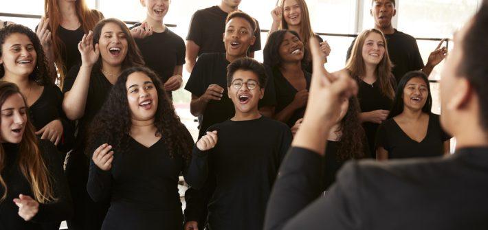 Une chorale heureuse de chanter