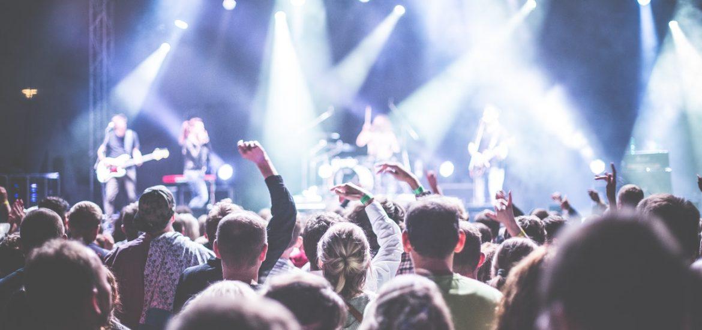 Foule Devant Des Personnes Jouant Des Instruments De Musique Pendant La Nuit