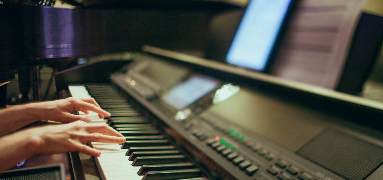 Musicien jouant une partition numérique sur son clavier